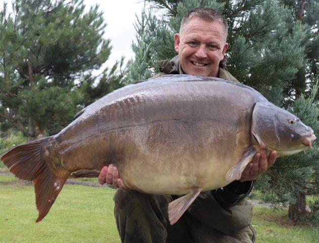 La super pâte de Craig attrape deux carpes britanniques pour 104 lb
